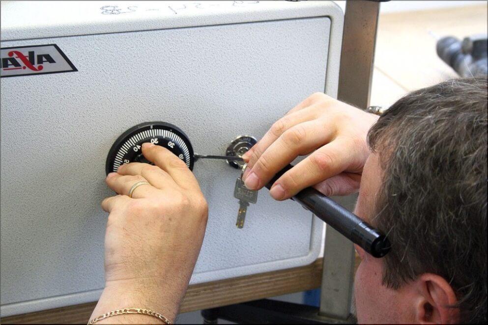 Как аварийно открыть сейф